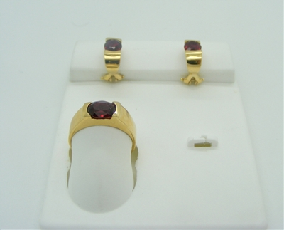 GARNET RING AND FRENCH CLIP EARRINGS SET. 18K YELLOW GOLD