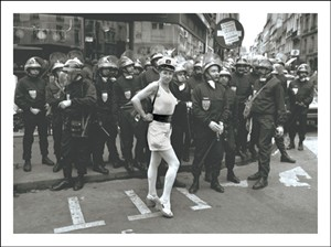 2170 BD Lady with riot police