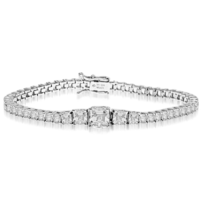 Asscher cut mania. Diamond Essence bracelet in graduated size Asscher cut classic stones, set in prong settings.