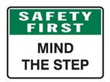 SAFETY FIRST MIND THE STEP 600X450 POLY