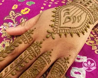 Learn how to create artistic design in hands on henna class.