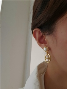 Her Pearl Earrings (will ship within 1~2 weeks later)