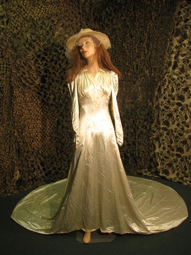 Early 1900s Period US Ivory Color Womans Wedding Dress With A Super Long Train And Accessories