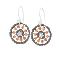 Ziio's new Pastel Collection brings us their small Soleil Oval Earring. Tangerine Carnelian Gemstones are surround by soft grey Murano Glass seed beads. A single White Pearl accents the center. 925 Sterling Silver Hooks. Made in Italy