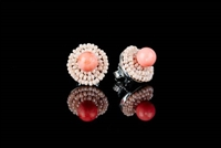 These Button Earrings by Ziio will make a wonderful addition to any wardrobe. A single imitation Coral Bead is surrounded by two rows of pink Murano Glass Beads. 925 Sterling Silver back & Post. Made in Italy. Dimension 5/8