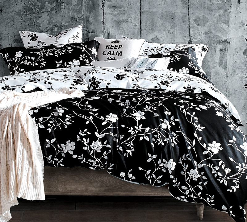 Moxie Vines   Black and White   Queen Comforter