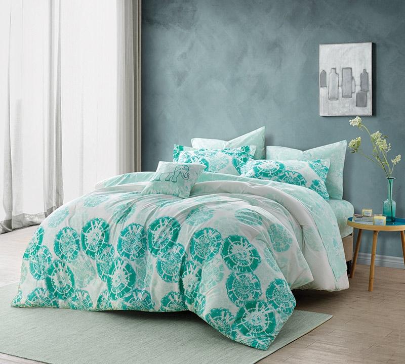Calico Mint Queen Comforter   Oversized Queen XL Bedding