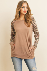S11-19-3-RFT2621-RAP125C-MCBWN - LEOPARD CONTRAST SLEEVES TOP WITH INSEAM POCKET- MOCHA BROWN 1-2-2-2