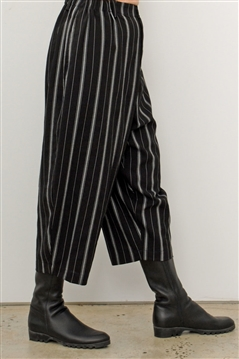 Moyuru 193677 black and white striped cropped pant