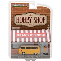 Greenlight Collectibles - The Hobby Shop Series 1 - 1975 Volkswagen Type 2 Bus w/ Backpacker