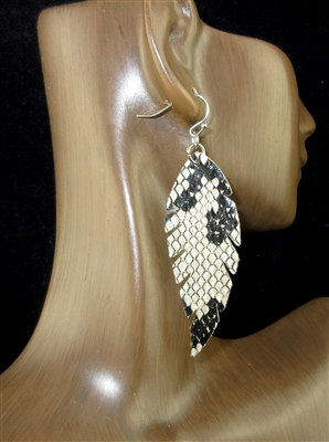 CE1107 SNAKE SKIN LEAF LEATHER EARRINGS