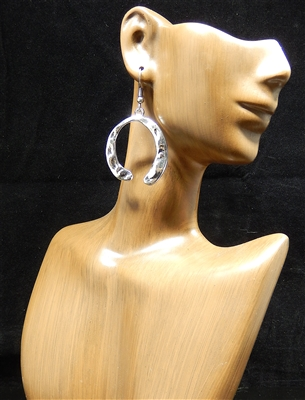 CE4350 HAMMERED HORSESHOE EARRINGS
