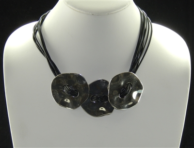 EN12023 HAMMERED ANTIQUE THREE BUTTONS SHORT NECKLACE