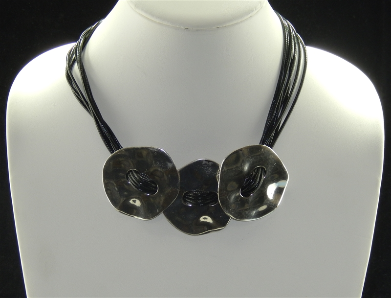 HAMMERED ANTIQUE THREE BUTTONS SHORT NECKLACE