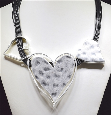 EN13545 HAMMERED TRIPLE HEART COLLAR NECKLACE