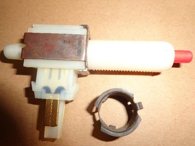 CRUISE CONTROL DUMP VALVE SWITCH WITH  RETAINING CLIP