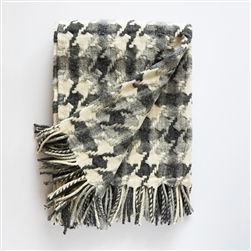 pied de Coq Merino Wool throw, throw, light grey, dark grey, white, french inspired, Portugal, Portuguese, wool, marino, ancestral loom, loom, blanket, fringe, patterned throw, pattern, grey