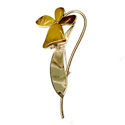 Artistically designed daffodil flower broach with custard colored amber set in sterling silver.