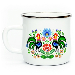 Enameled mugs are a return to your roots. Every grandmother had or even still has enamel pots because they are very durable. Decorated in a traditional Lowicz floral pattern.