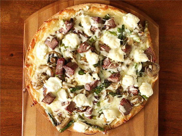 Steak and mushroom pizza with asparagus