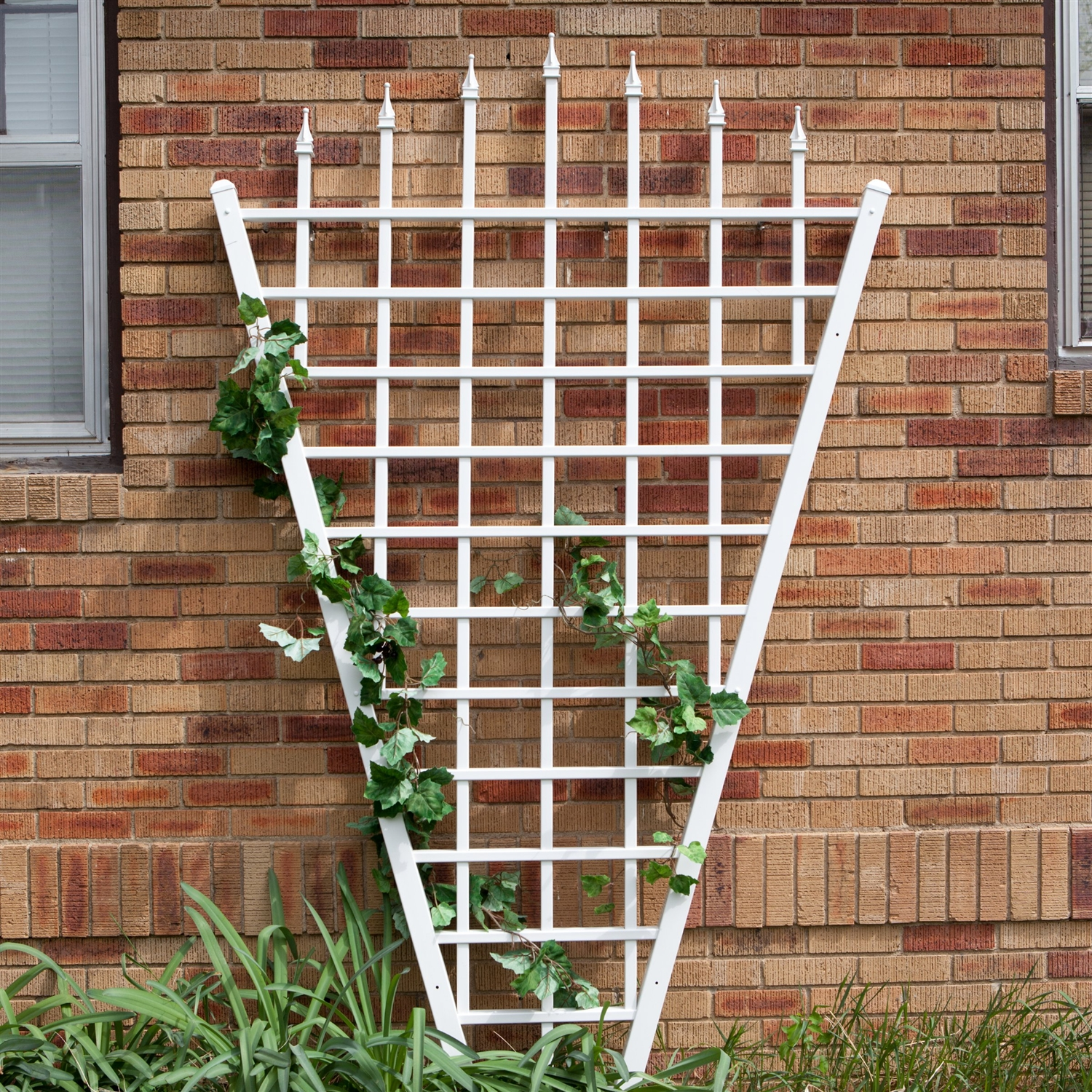 775 ft fan shaped garden trellis with pointed finals in white vinyl - Garden Trellises