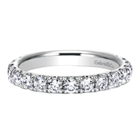This straight diamond wedding band features one full carat of round brilliant diamonds that wrap 3/4 of the way around this elegant wedding ring.