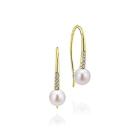 This 14k yellow gold diamond drop earring pair features diamonds and pearls.