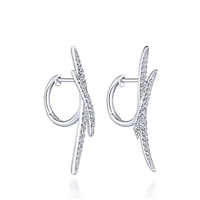 In 14k white gold, with 0.41 carats of rund brilliant diamonds, these diamond drop earrings feature some attitude.