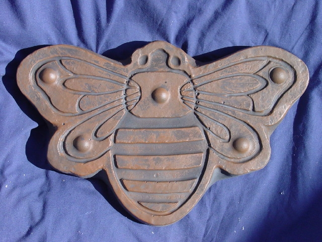 """Bee  fleur small stepping stone plaque mold  7/"""" x 1//2/"""" thick"""