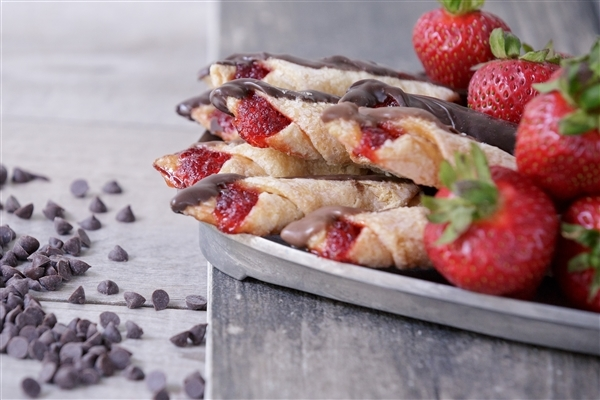 Small Chocolate Dipped Strawberry Kiffle Tin