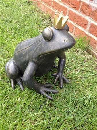 Exceptional Sitting Frog With Crown Garden Figurine
