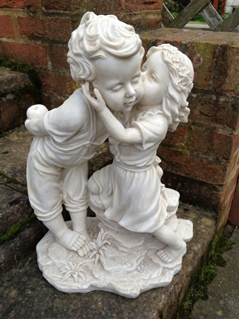 Charmant Kissing Boy And Girl Statue
