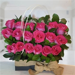 18 pink roses in black wooden vase and fique ribbon.