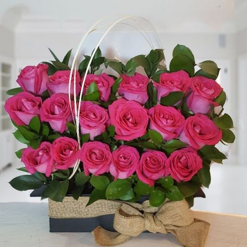 18 Pink Roses In Black Wooden Vase And Fique Ribbon