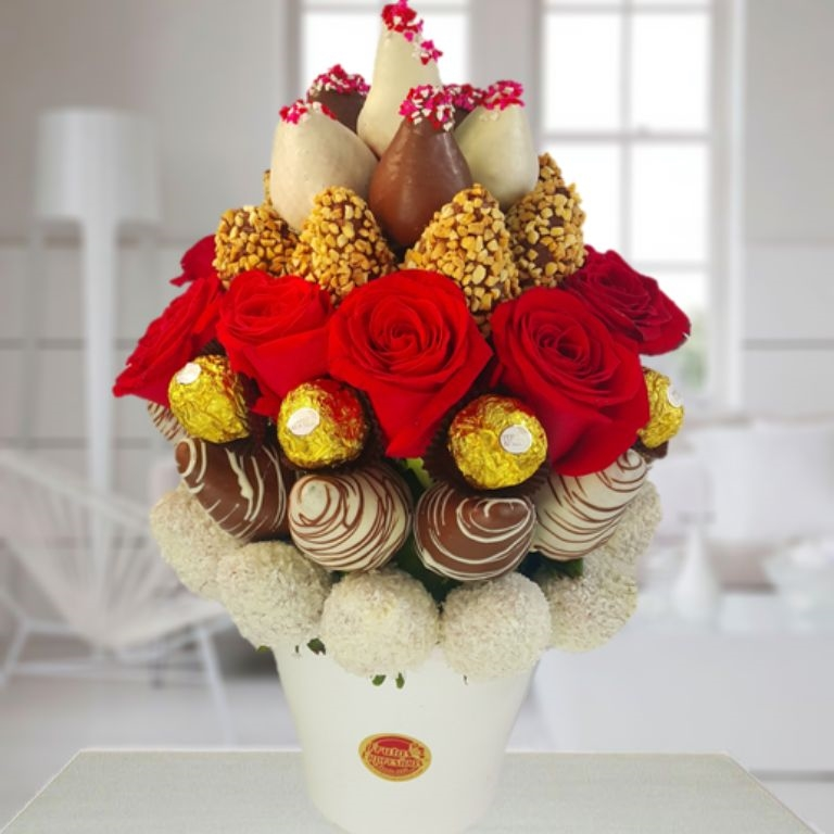 Roses And Strawberrys Arrangements Medellin Pereira Bogota Enjoy Strawberrys Cover With White Dark Chocolate Roses Ferrero Chocolates