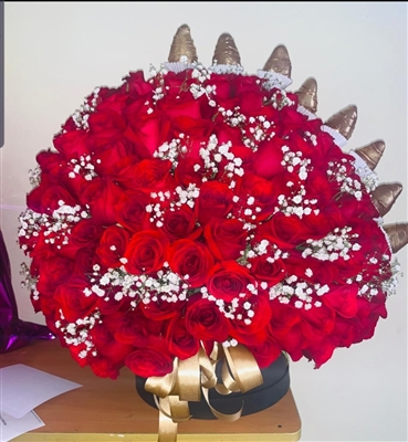 LUXURY BIG ARRANGEMENT 220 RED ROSES AND GOLD CHOCOLATE STRAWBERRIES / MEDELLIN ONLY